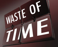 Parole della perdita di tempo che lanciano sforzo perso inefficiente dell'orologio delle mattonelle Immagini Stock Libere da Diritti