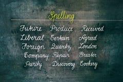 Parole di ortografia sul bordo di gesso immagine stock