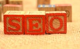 Parole di SEO sul concetto online di vendita dei blocchi di legno Fotografie Stock Libere da Diritti