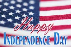 Parole felici di festa dell'indipendenza sopra la bandiera americana Immagini Stock