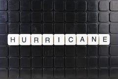 Parole incrociate di parola del testo di titolo di uragano La lettera dell'alfabeto blocca il fondo di struttura del gioco Letter fotografia stock