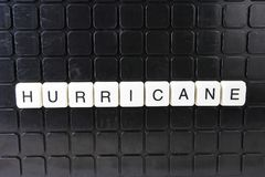 Parole incrociate di parola del testo di titolo di uragano La lettera dell'alfabeto blocca il fondo di struttura del gioco Letter Immagini Stock Libere da Diritti