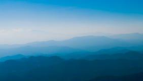 Paronama blå Sky med berg Arkivfoton