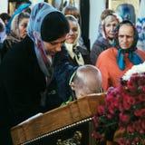 Paroquianos ucranianos da igreja ortodoxa fotografia de stock royalty free