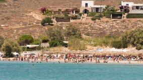 Paros, Ελλάδα, στις 10 Αυγούστου 2015 Τοπικοί άνθρωποι και τουρίστες που απολαμβάνουν τις θερινές διακοπές τους στη διάσημη παραλ Στοκ φωτογραφία με δικαίωμα ελεύθερης χρήσης