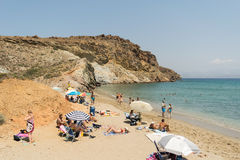Paros, Ελλάδα, στις 9 Αυγούστου 2015 Τουρίστες και τοπικοί άνθρωποι που απολαμβάνουν τις θερινές διακοπές τους στη διάσημη παραλί Στοκ εικόνες με δικαίωμα ελεύθερης χρήσης