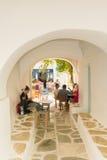 Paros, Греция 13-ое августа 2016 Люди наслаждаясь летними каникулами theis на деревне Prodromos местной в острове Paros в Греции Стоковые Изображения