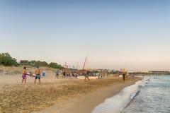 Paros, Греция, 9-ое августа 2015 Люди наслаждаясь их свободным временем в известном пляже Xrisi Akti в Paros Стоковое фото RF