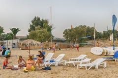 Paros, Греция, 9-ое августа 2015 Пляж Xrisi Akti при люди наслаждаясь их летом Стоковое фото RF