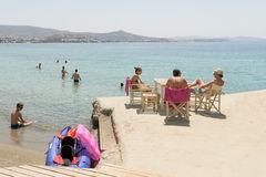 Paros, Grèce, le 10 août 2015 Personnes locales et touristes appréciant leurs vacances à la plage d'Arodo en île de Paros Photographie stock