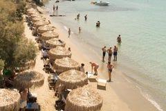 Paros, Grécia, o 10 de agosto de 2015 Praia de Arodo na paisagem da ilha de Paros Vista da parte superior Fotografia de Stock Royalty Free