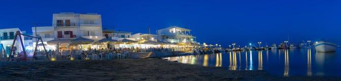 Paros, Grecia 1 de agosto de 2016 Pueblo local de Pisw Livadi en la noche en la isla de Paros en el panorama de Grecia Foto de archivo