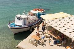 Paros, Grecia, il 10 agosto 2015 Arrivo di una barca con i passeggeri alla spiaggia famosa di Arodo in Paros Fotografia Stock