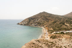 Paros, Grecia, il 9 agosto 2015 Spiaggia di Kalogeros all'isola di Paros con i turisti e la gente locale che godono delle loro va Fotografia Stock Libera da Diritti