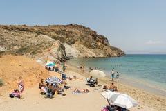 Paros, Grecia, il 9 agosto 2015 Turisti e gente locale che godono delle loro vacanze estive alla spiaggia famosa di Kalogeros nel Immagini Stock Libere da Diritti