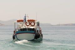 Paros, Grecja 10 2015 Sierpień Łódź z pasażerami opuszcza port inne sławne plaże w Paros wyspie Zdjęcie Royalty Free