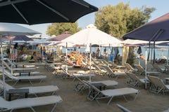 Paros Grekland 11 Augusti 2015 Berömd Punda strand med lokalt folk och turister som tycker om deras sommarsemestrar Arkivbild