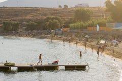 Paros Grekland 11 Augusti 2015 Folket som tycker om deras semestertid i berömda Punda, sätter på land i den Paros ön i Grekland Arkivbild
