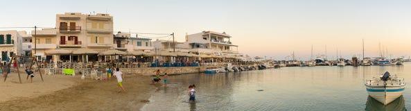 Paros, Griekenland 1 Augustus 2016 Mensen die van hun de zomervakantie genieten bij Pisw-livadi in Paros-eiland in Griekenland Stock Foto