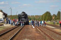 Parowa lokomotywa przy stacją zdjęcie royalty free