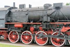 Parowa lokomotywa z czerwonymi kołami Retro lokomotywa na poręczach zdjęcia stock