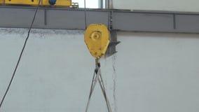 Parowozowy dźwignik w warsztatowych podnośnych materiałach zdjęcie wideo