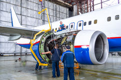 Parowozowy zgromadzenie po napraw Boeing 737, lotniskowy Tolmachevo, Rosja Novosibirsk 12 2014 Kwiecień Obrazy Stock