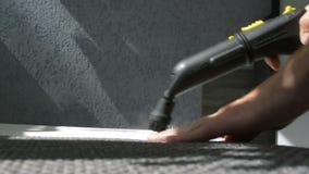 Parowy cleaning kanapa z Karcher przyrządem Domowy cleaning pojęcie zbiory wideo