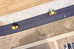Parowy drogowych rolownik?w niwelacyjny nowy asfalt na drodze widok z lotu ptaka obrazy stock