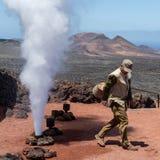Parowy gejzer aktywujący mężczyzną, Timanfaya park narodowy, Lanzarote, wyspy kanaryjskie obrazy royalty free