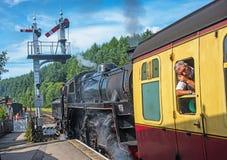 Parowy pociąg opuszcza Levisham zdjęcie stock