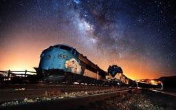 Parowy pociąg przy nocnego nieba scenics - natura 2018 obrazy stock