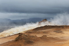 Parowy podnosić do ciężkich ciemnych chmur, Hverir teren, Iceland Obraz Stock