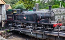 Parowy silnik 30053 na kręcenie platformie w remontowym jardzie przy Swanage koleją, Dorset, UK obraz royalty free