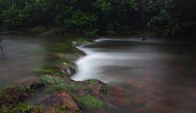 Parowy spływanie nad skałami Zdjęcie Royalty Free