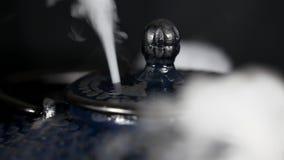 Parowy wyłaniać się od herbacianego garnka zdjęcie wideo