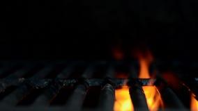 Parpadeo de las llamas en una parrilla del patio trasero