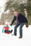 parpensionär som åka släde snöig skogsmark Royaltyfri Fotografi