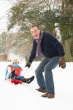 parpensionär som åka släde snöig skogsmark Royaltyfria Bilder