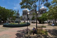 Parque中央的人们与利昂大教堂我们的雍容大教堂的夫人背景的在尼加拉瓜,中央阿梅尔 库存照片