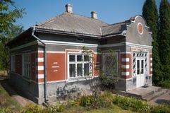 Parque admitido casas viejas en caída Imagen de archivo libre de regalías