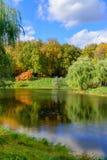 Parque agradable en otoño Foto de archivo libre de regalías