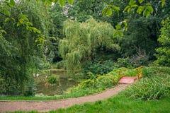 Parque ajardinado com uma lagoa Fotos de Stock