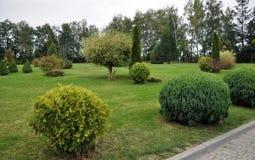 Parque ajardinado perto da construção Fotografia de Stock Royalty Free