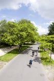 Parque Amsterdam del vondel de los jinetes de la bicicleta Foto de archivo