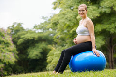 Parque apto do exercício da bola do suíço da barriga da mulher gravida Imagens de Stock