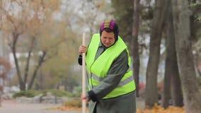 Parque arrebatador en otoño, persona trabajadora de la ciudad de la mujer gorda infeliz almacen de metraje de vídeo