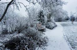 Parque blanco totalmente cubierto del invierno en la nieve Foto de archivo