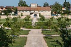 Parque bonito com árvores e pouco lago circular Fotos de Stock Royalty Free