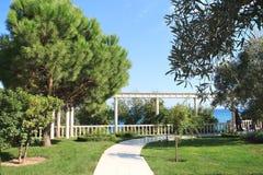Parque bonito com pancadinha no céu azul do dia do suumer - projeto do jardim - ajardine o fundo Foto de Stock Royalty Free
